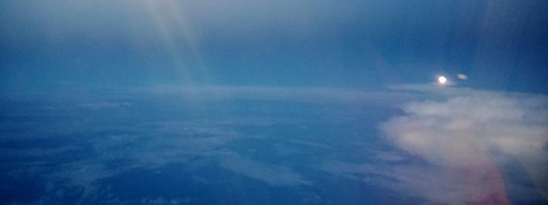 Mėnulis pro lėktuvo langą virš Indijos vandenyno
