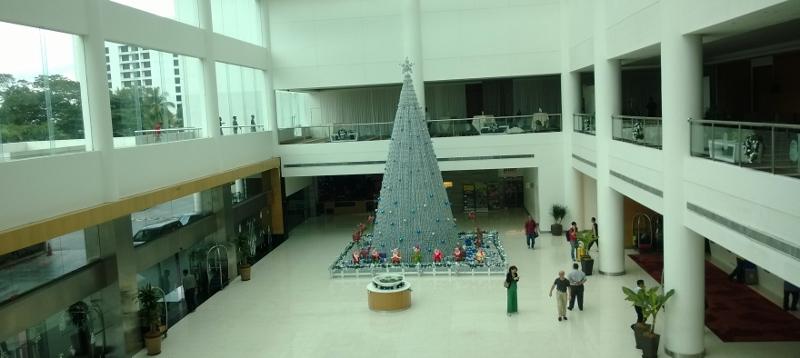 Kalėdinė eglė Pulman viešbučio hole